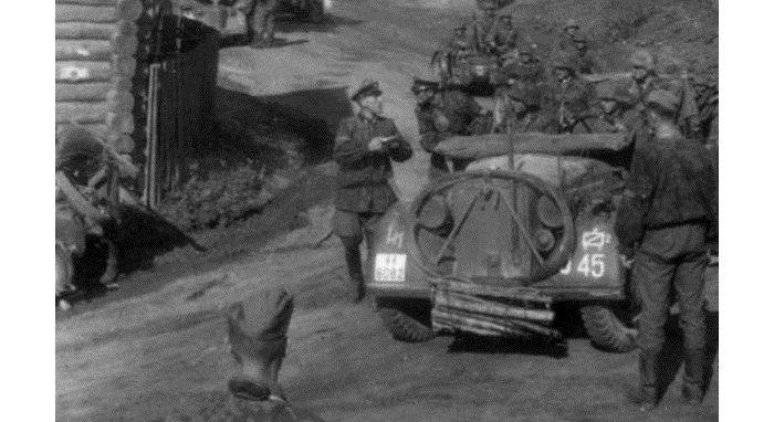 Un automóvil con el emblema de la II división de carros blindados de las SS Das Reich