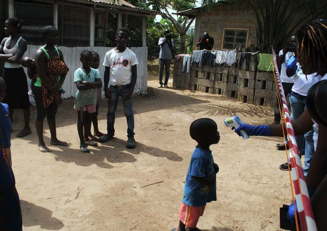 Médicos examinan los habitantes de un pueblo en África Occidental