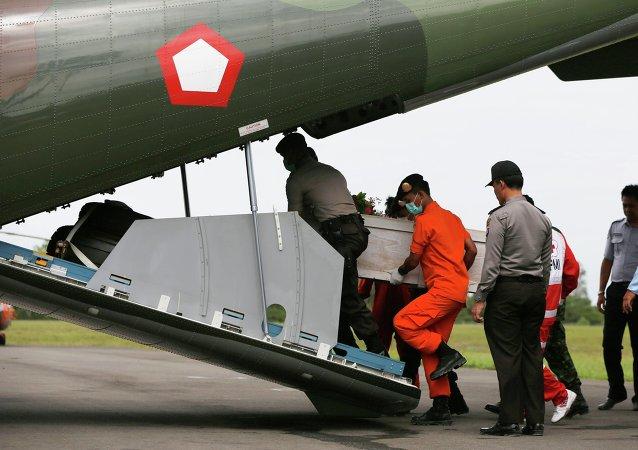 Equipos de rescate recuperan cuerpos del avión AirAsia