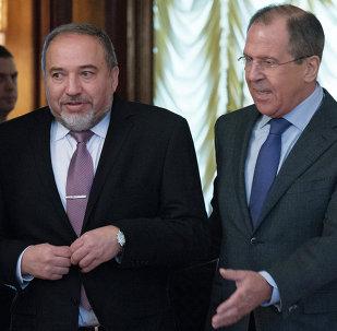 Ministro de Exteriores de Rusia, Serguéi Lavrov con su homólogo israelí, Avigdor Lieberman