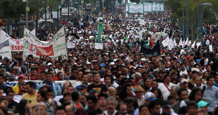 Marchan varios miles a cuatro meses de masacre de estudiantes en México