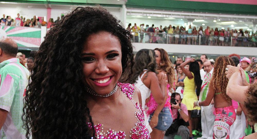 La Reina de Bateria de Mangueira, Evelyn Bastos, saluda a los invitados durante uno de los ensayos técnicos