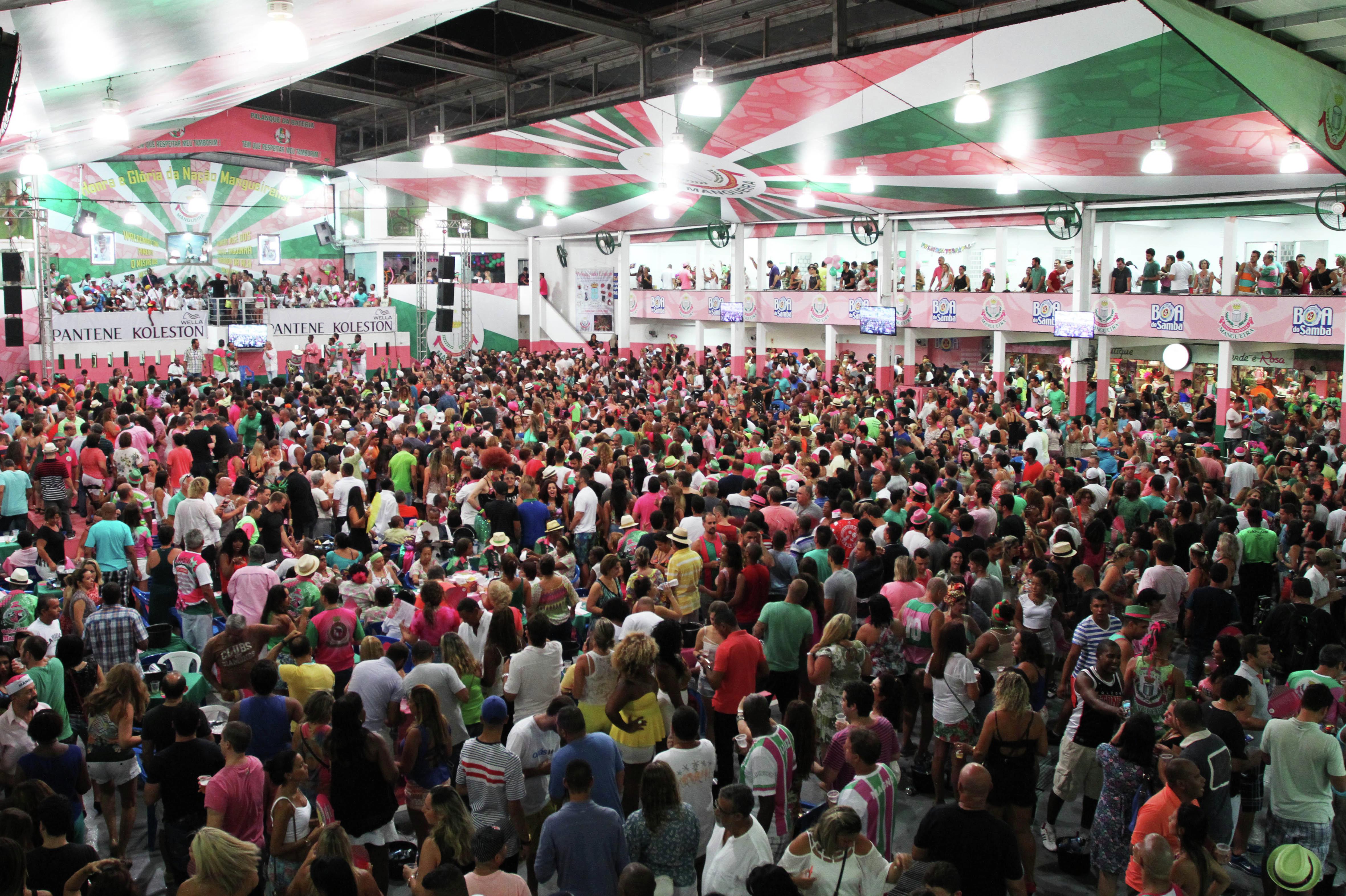 La escuela de samba de Estación Primera de Mangueira repleta de gente durante uno de los ensayos técnicos