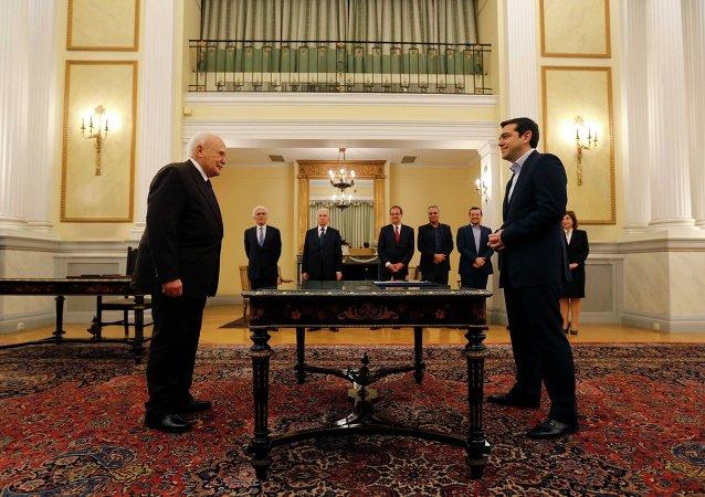 Alexis Tsipras, líder de la coalición de la izquierda radical Syriza, y Karolos Papoulias, presidente de Grecia, durante una ceremonia de juramento