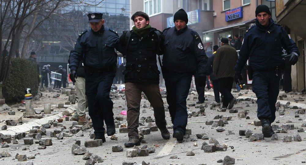 La policía kosovar informa de 80 heridos y 120 detenidos tras disturbios en Pristina