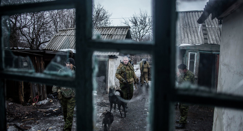 Separatistas pro-rusas patrulla en un puesto de avanzada cerca de Debáltsevo