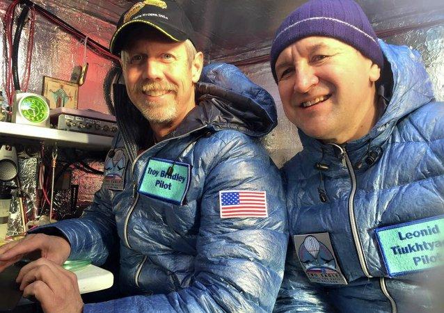 Pilotos Troy Bradley de EEUU y Leonid Tiujtiáev de Rusia