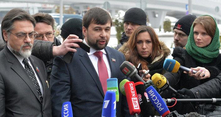 Representante de la RPL Vladislav Deinego y representante de la RPD Denís Pushilin