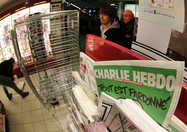 La gente espera para comprar el último número del periódico Charlie Hebdo en Francia, 14 de enero