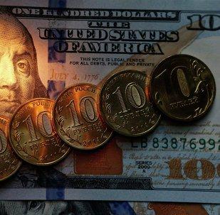 Monedas de 10 rublos y billetes de 100 dólares de EEUU