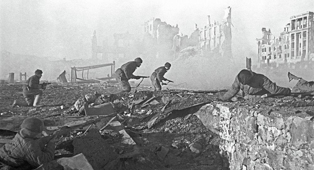 Soldados soviéticos al ataque