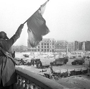 El combatiente soviético agarra la bandera en Stalingrado 09.01.1943