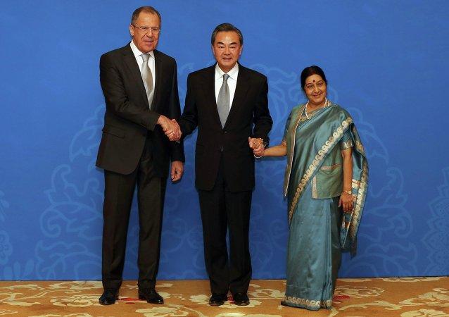 Serguéi Lavrov,  ministro de Exteriores de Rusia, Wang Yi, ministra de Exteriores de China, y ministra de Exteriores de India, Sushma Swaraj