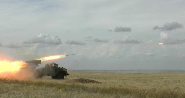 """Militares rusos prueban lanzacohetes múltiples """"Tornado-G"""""""