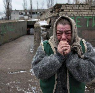Mujer reacciona como sus conocidos escapan de Debáltsevo debido a un conflicto militar