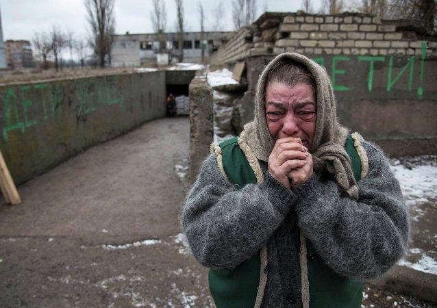 Mujer reacciona como sus conocidos huyen de Debáltsevo debido a un conflicto militar