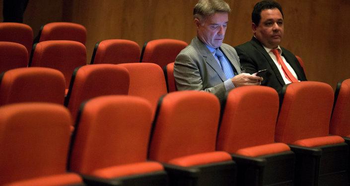 Ex multimillonario Eike Batista (izda.) con su abogado en su audiencia en un tribunal penal federal en Río de Janeiro