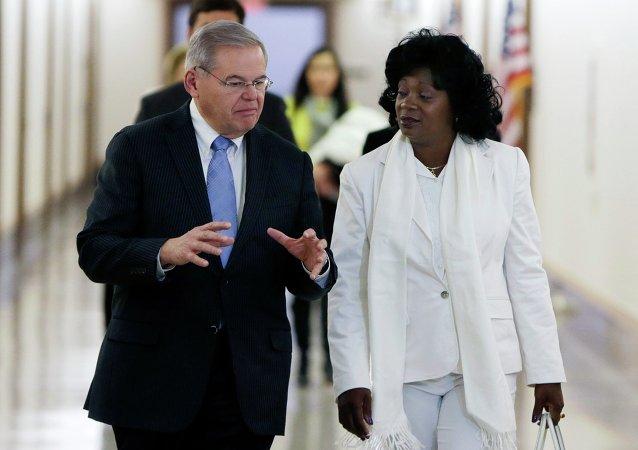Senador de EEUU, Robert Menéndez y líder de las Damas de Blanco, Berta Solar antes de la audiencia sobre nueva política de EEUU a Cuba