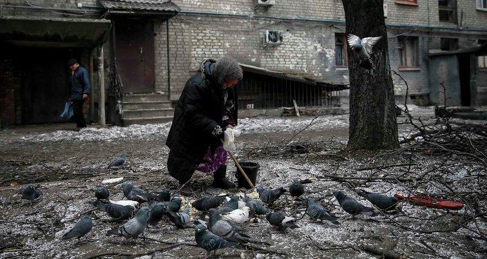 Mujer vieja en frente de su casa, Debáltsevo, 5 de febrero, 2015
