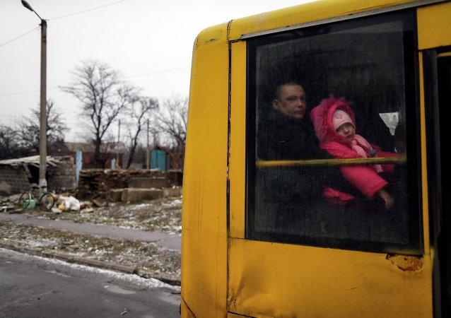 Un hombre y una niña abandonan Debáltsevo, 6 de febrero,2015