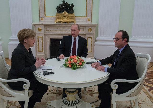 Сanciller de Alemania Angela Merkel, presidente de Rusia Vladímir Putin y presidente de Francia François Hollande