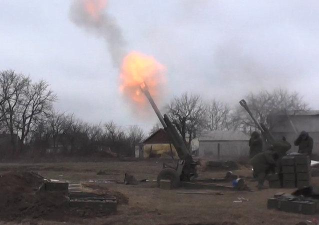 Milicianos de Donetsk bombardean las posiciones de las tropas ucranianas en Debáltsevo