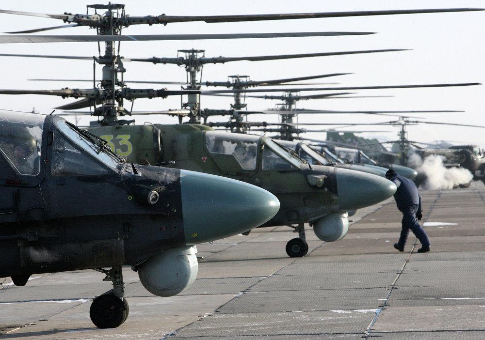Helicópteros de combate Ka-52 Alligator de cara al vuelo de entrenamiento en la base aérea Chernígovka en el Territorio de Primorie