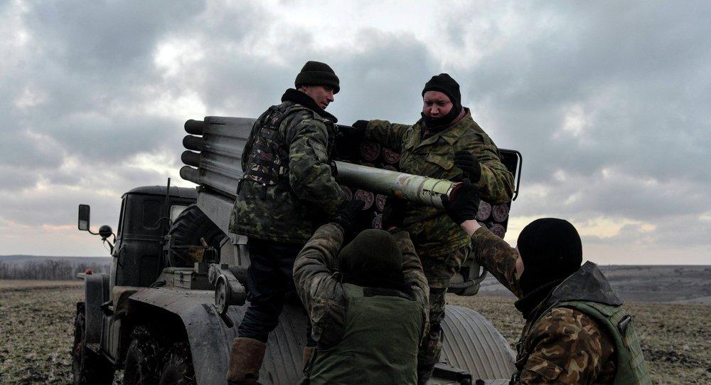 Militares ucranianos cargan cohetes Grad, Debáltsevo, 8 de febrero, 2015