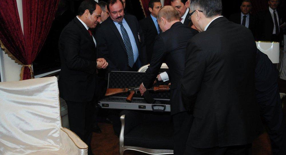 Putin regala a su homólogo egipcio una ametralladora Kaláshnikov