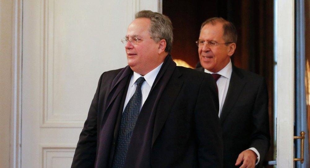 Ministro de Asuntos Exteriores de Grecia, Nikolaos Kotzias (izda.) con su homólogo ruso, Serguéi Lavrov