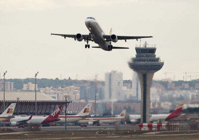 Un avión despega en el aeropuerto Adolfo Suárez Barajas en Madrid