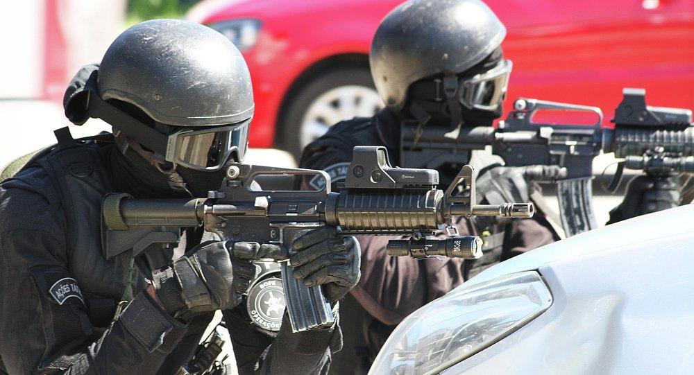 Agentes de la Unidad Táctica del BOPE apuntan a los secuestradores desde el exterior de la estación durante el simulacro