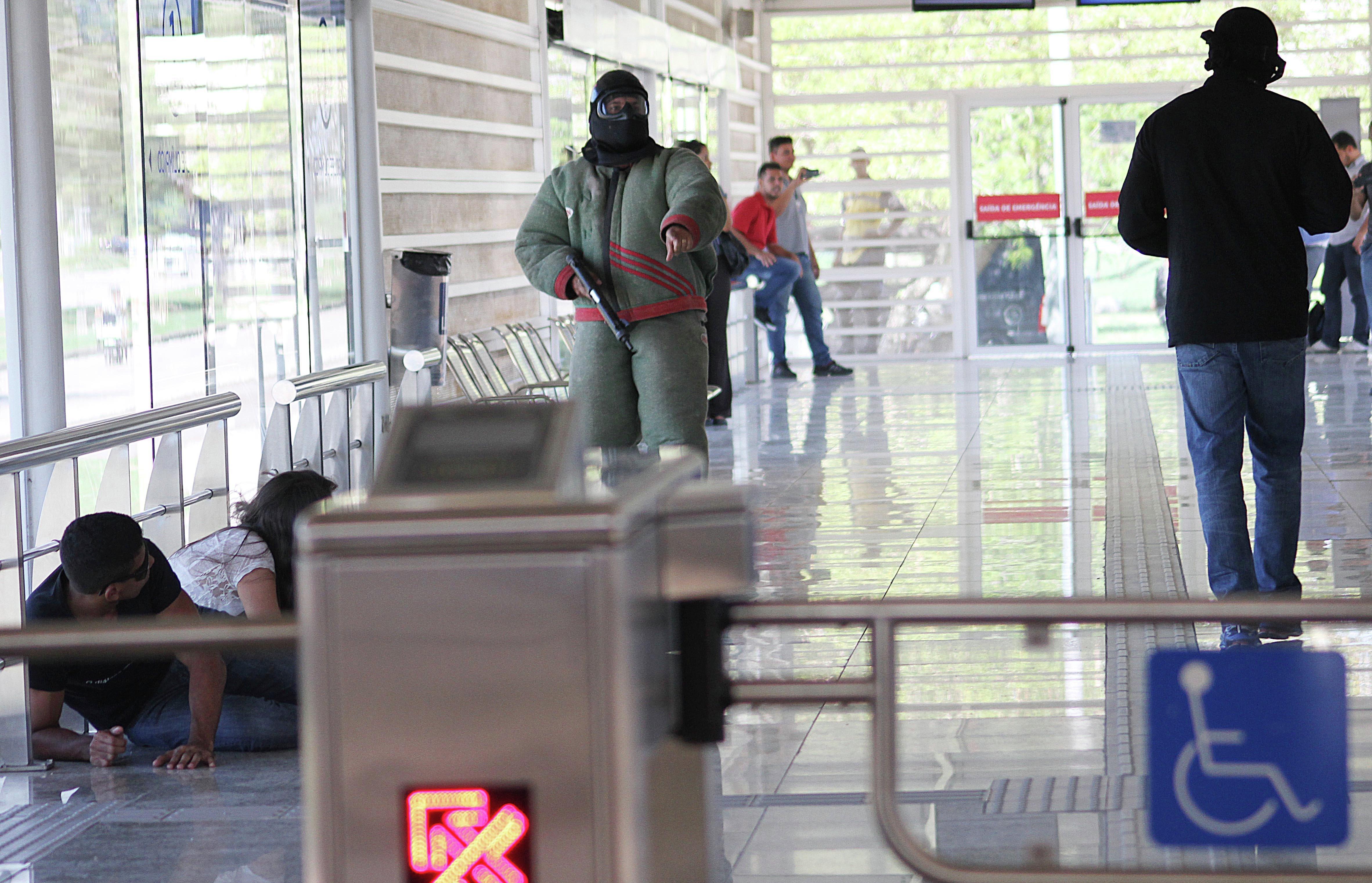 En el interior de la estación los secuestradores amenazan a los rehenes durante el simulacro