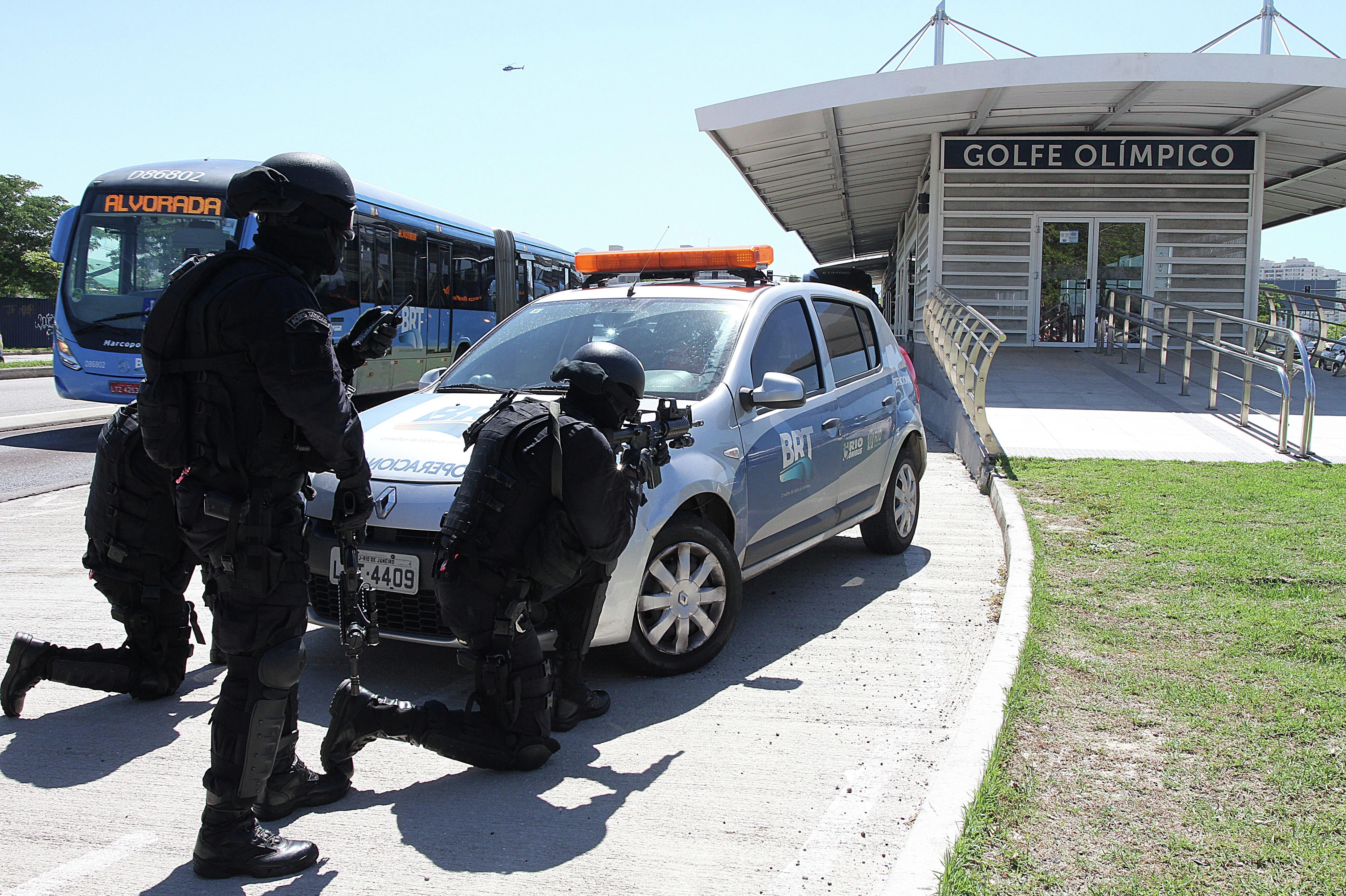 Agentes de la Unidad Táctica del BOPE se posicionan a las afueras de la estación Golfe Olímpico durante el simulacro de secuestro