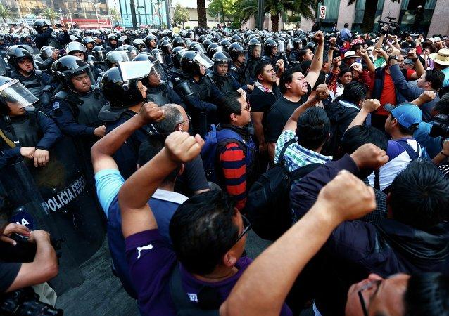 Maestros ponen fin a tres días de ocupación de una arteria de Ciudad de México