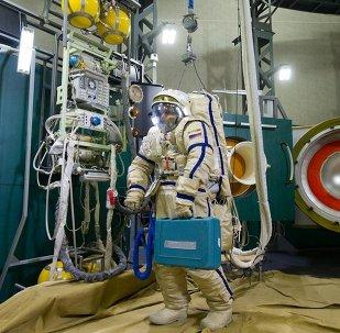Cosmonauta ruso en el simulador Vijod-2