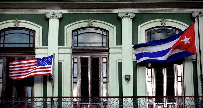 Banderas de Cuba y EEUU en el Hotel Saratoga en La Habana