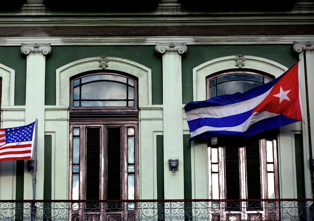 Banderas de EEUU y Cuba en la Habana