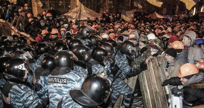 Fuerzas de Seguridad ucranianas y protestantes antigubernamentales en la Plaza de la Independencia (Maidán) de Kiev