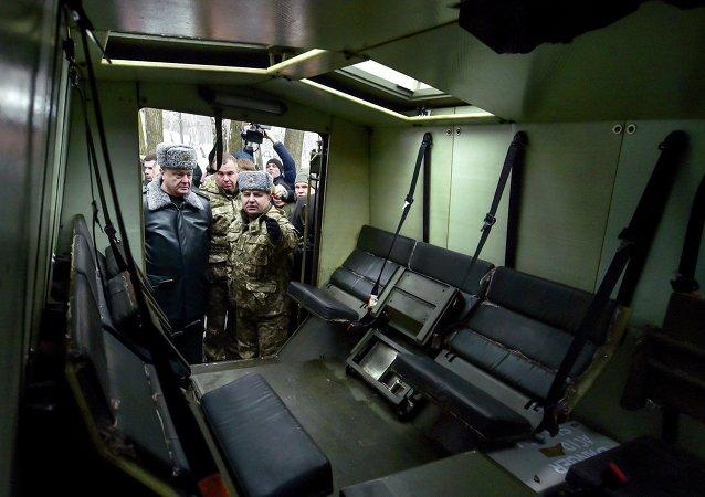 Petró Poroshenko inspeccionan vehículo blindado ligero Saxon