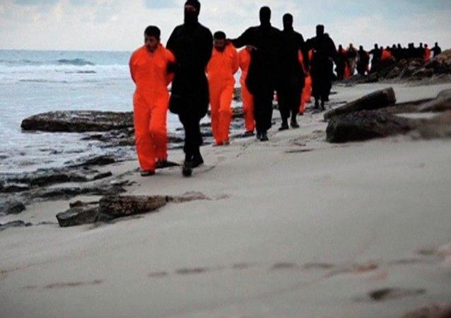 El Estado Islámico publica un video de la ejecución de 21 cristianos egipcios (Archivo)