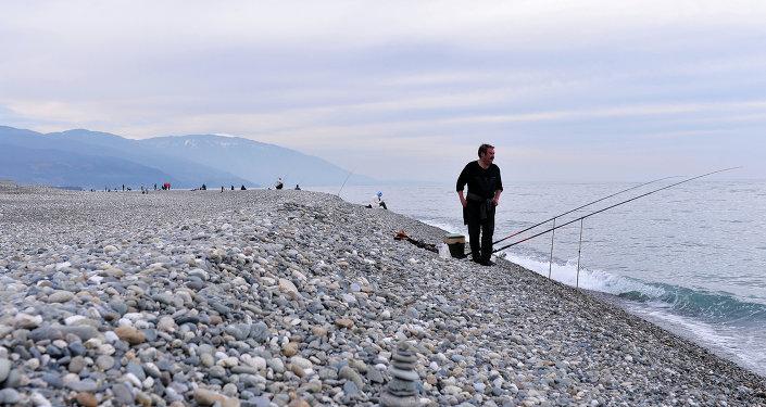 La playa en la frontera entre Rusia y Abjasia, Sochi