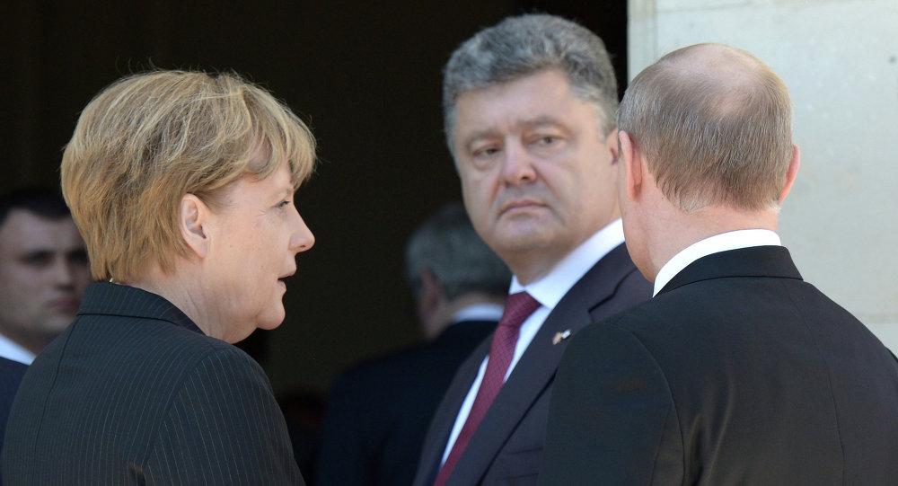 Presidente de Rusia, Vladímir Putin, canciller de Alemania, Angela Merkel y presidente de Ucrania, Petró Poroshenko durante la visita de Putin a Francia (archivo)