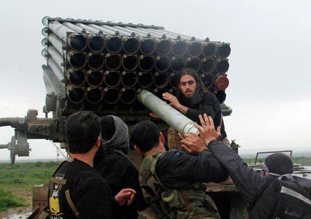 Los rebeldes en Siria con un lanzacohetes múltiple Grad