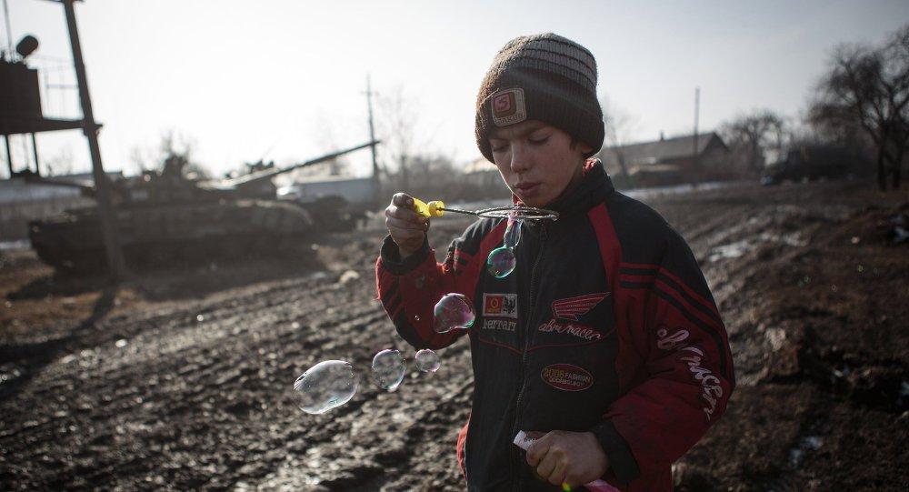 Niño en Uglegorsk, Donetsk region