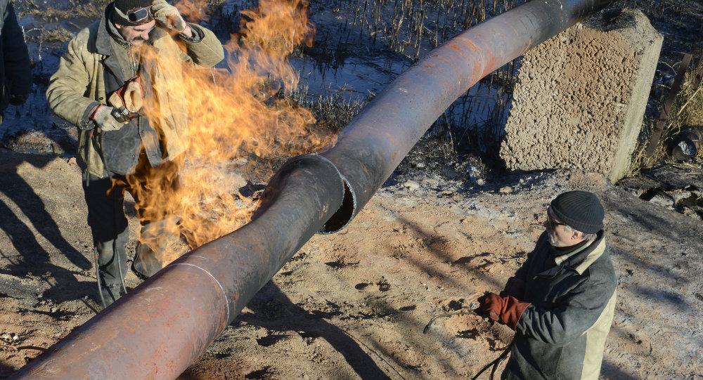 Trabajadores reparar un gasoducto (Archivo)