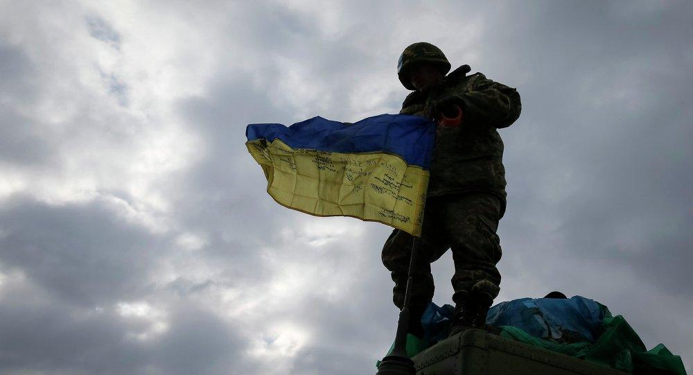 Militar ucraniano sale Debáltsevo, 19 febrero