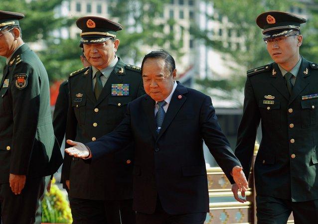 General Pravit Wongsuwan (en el centro)