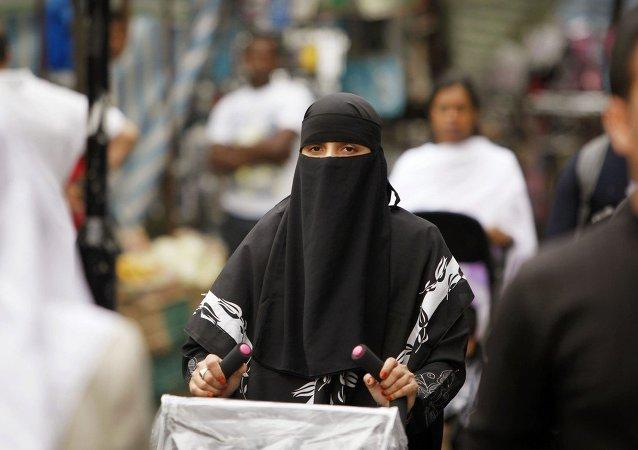 Mujer vestida en burqa sale de compras en Londres