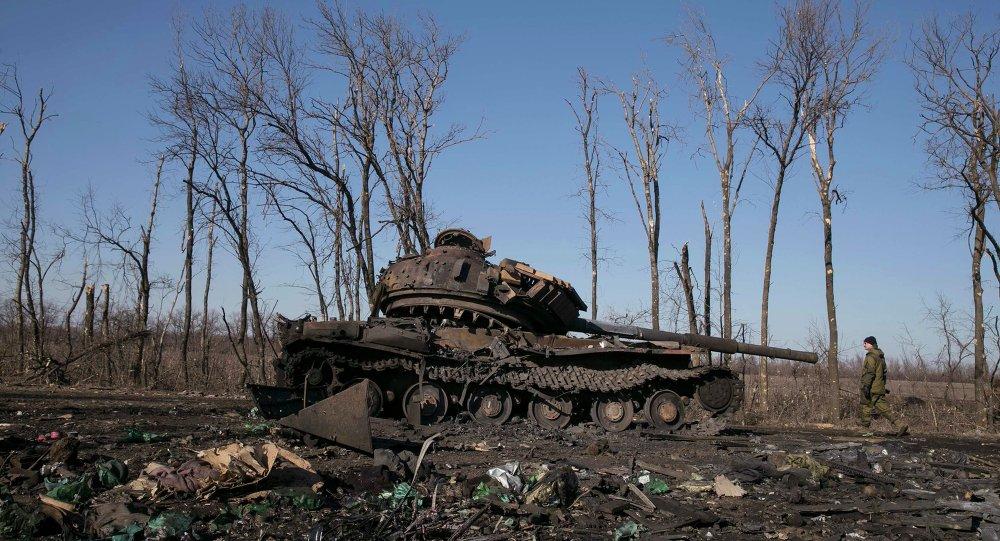 Tanque destruido de ejército ucraniano cerca de la ciudad de Debáltsevo